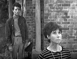 Na pierwszym planie Susan, teoretycznie główna bohaterka serialu. W tle jej ukochany.