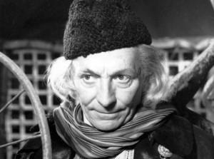 Doktor i jego czapka. Podkreśla ona ekscentrycznosć bohatera bardziej niż długie siwe włosy.