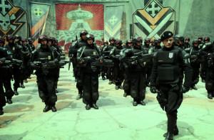 Każdy fan wojskowych mundurów znadzjie w tym filmie swoje pięć minut. Tak z 7 razy.