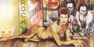 """Okładka ta wzbudziła dosyć dużo protestów ze względu na pewną część psiej anatomii. Jako zabawną ciekawostkę wspomnę, że Bowie """"ukradł"""" artystę, który ją zaprojektował Rolling Stones."""