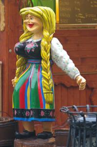 Podobno piękne kobiety potrafią być inspiracją do dzieł sztuki. Ta drewniana kobieta jest natomiast wspaniałą inspiracją do ogniska.