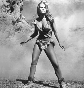 """Hammer produkował nie tylko horrory. Były tam robione także komedie, filmy sensacyjne, jak i filmach bardziej nietypowych. Milion lat przed naszą erą był przykładem tego typu produkcji. Rozbudowane efekty specjalne pokazywały społeczeństwo pierwotne walczące z dinozaurami. To co jednak głównie zapamiętano, to Raquel Wlech w futrzanym bikini. Zdjęcie powyżej w formie plakatu było wielkim przebojem, jak i stało się jednym z najbardziej rozpoznawalnych """"pin upow"""" tamtych lat."""