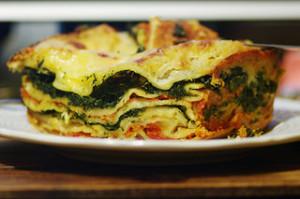 Pornograficzna lasagne, te warstwy, te zaogrąglenia nierówno układającego się ciasta w brytfance.