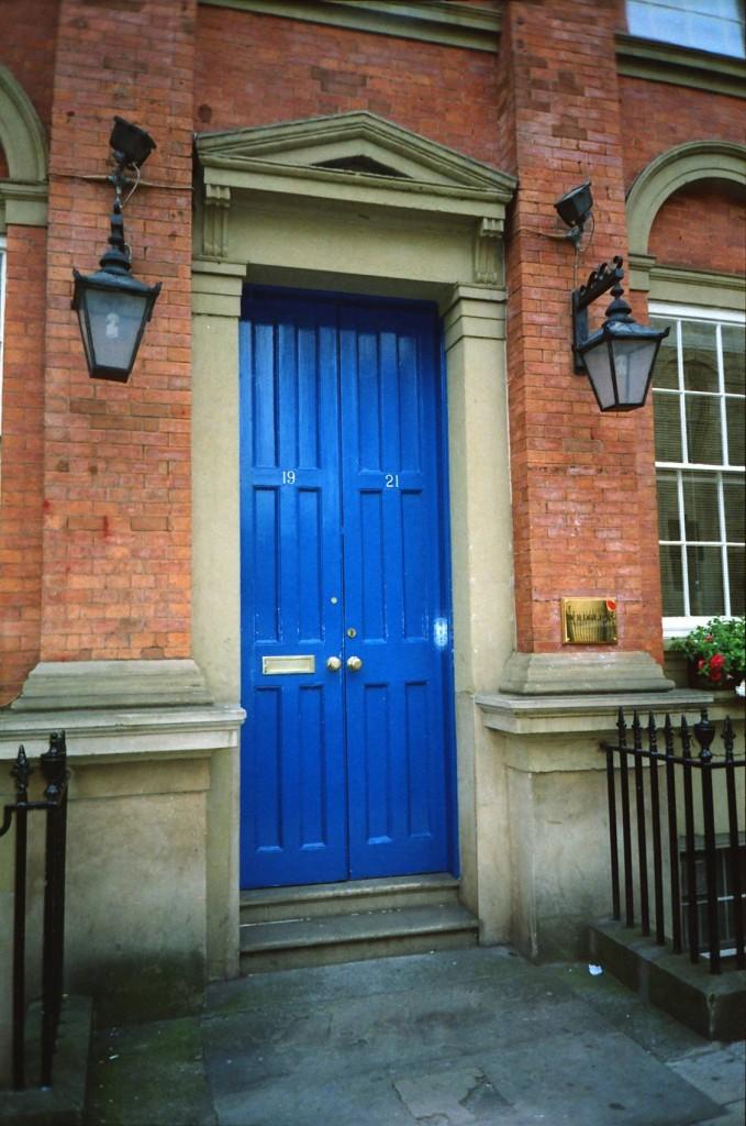 Oto drzwi do jakiegoś tam domu.